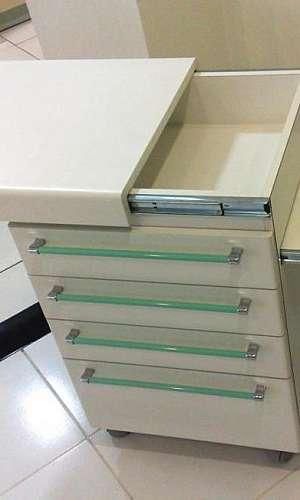 Mesa auxiliar para consultório ginecológico